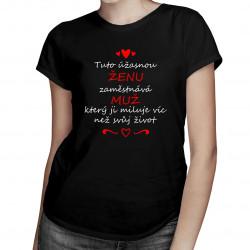 Tuto úžasnou ženu zaměstnává muž, který ji miluje víc než svůj život - dámské tričko s potiskem